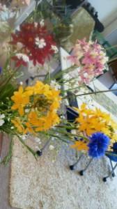 今日の藤枝オフィスは、エピデンドラム(オレンジ、ピンク)、グロボーサ(黄色の小玉)矢車草(ブルー)、パッカリア(白)